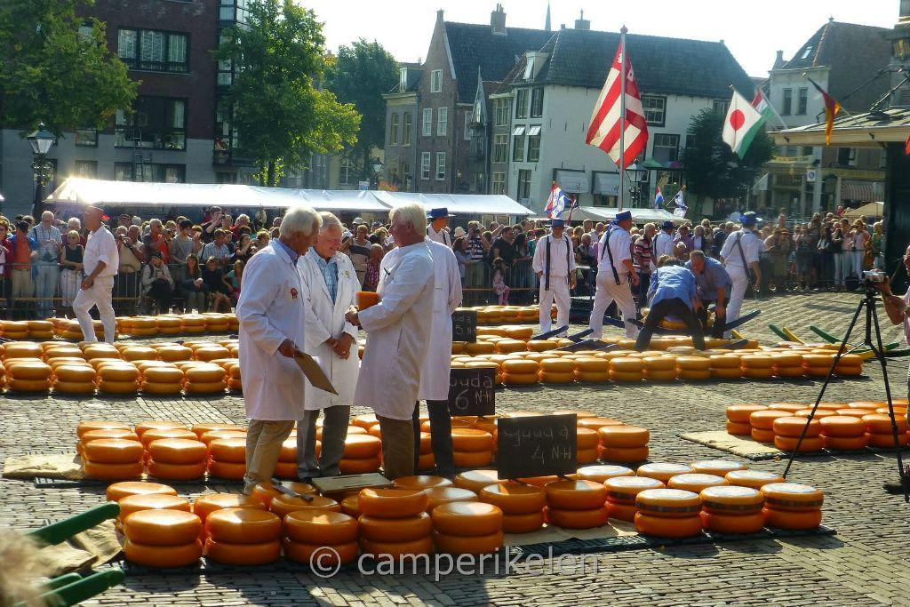 Keurmeesters op de kaasmarkt