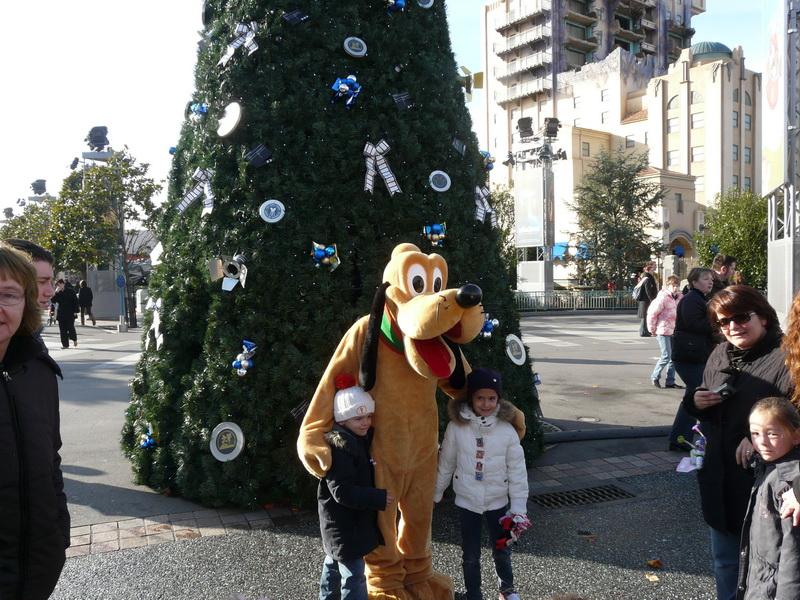 Pluto bij kerstboom
