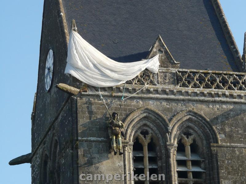 De parachutist aan de toren in Sainte-Mère-Eglise