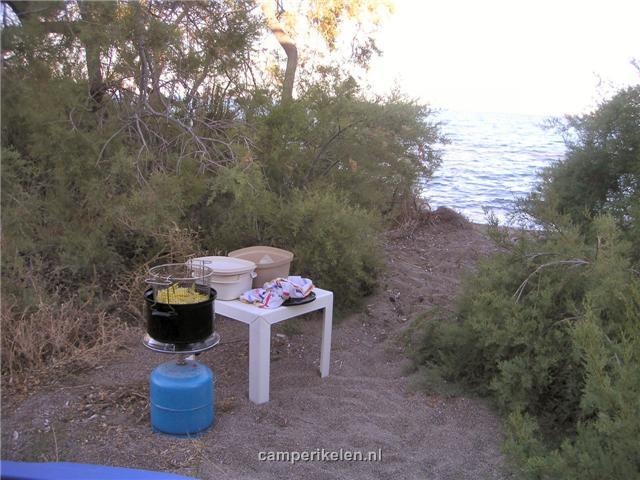 Frietjes bakken op het strand
