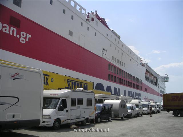 In de rij voor de boot