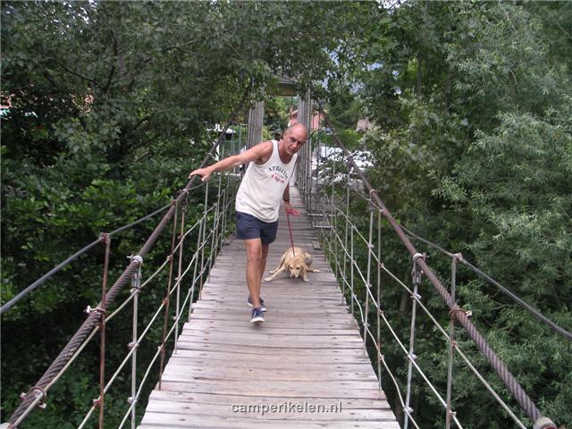Trisha wil niet over de brug