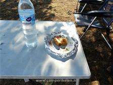 Water en gebakjes van onze Griekse buurman