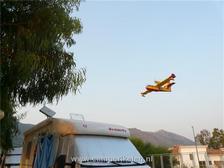Blusvliegtuigen komen laag over