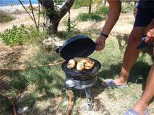Broodjes bakken op de skottelbraai