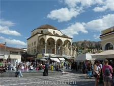 Plein in de Plaka met op de achtergrond de Akropolis