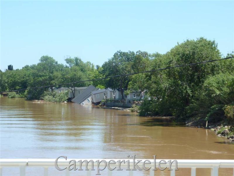 Caravans in de rivier door het noodweer