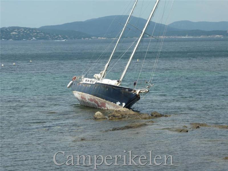 Boot op de rotsen