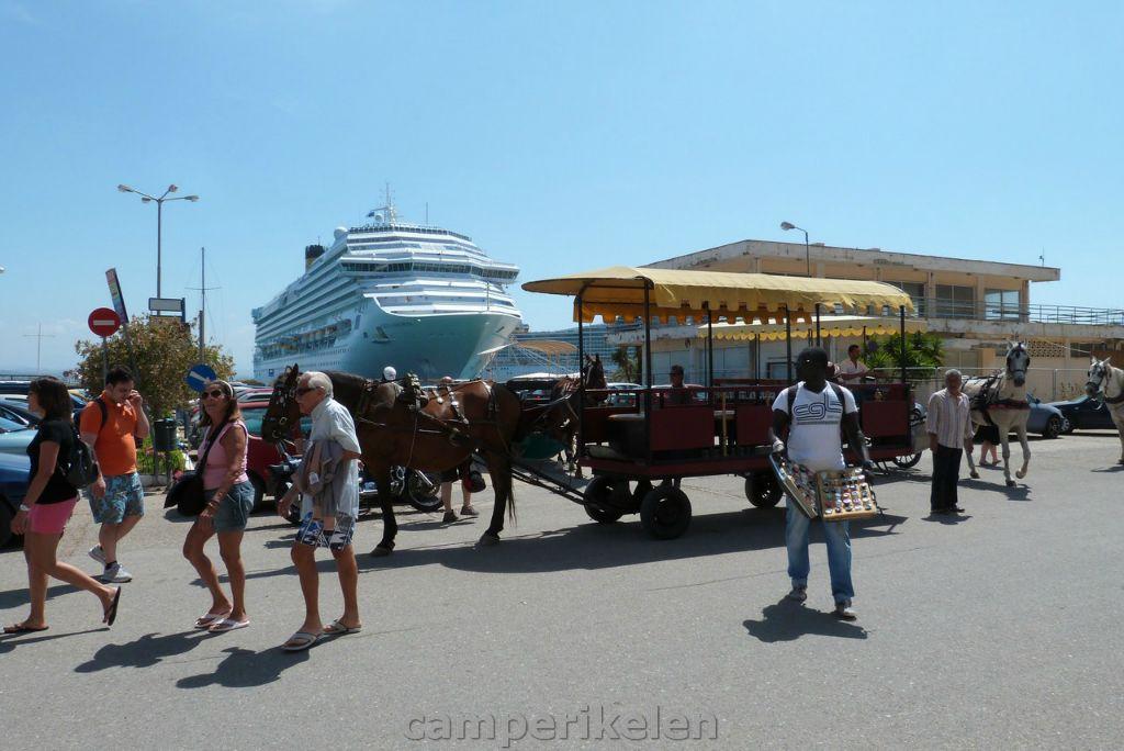 Veel toeristen komen met cruiseschepen naar Katakolo