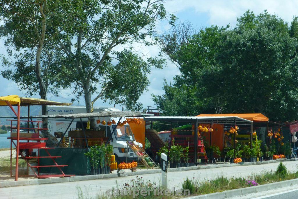 Kraampjes met fruit langs de weg