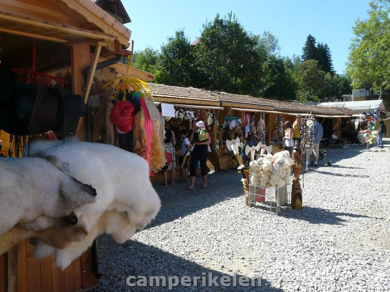 Toeristen kraampjes in Karpacz