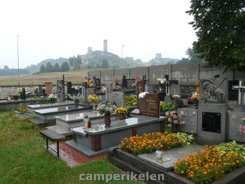 Kerkhof met veel bloemen