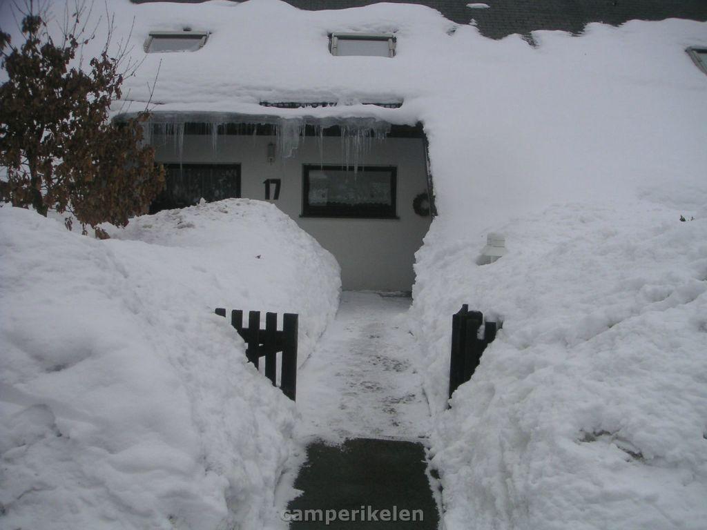 Huis onder de sneeuw in Winterberg