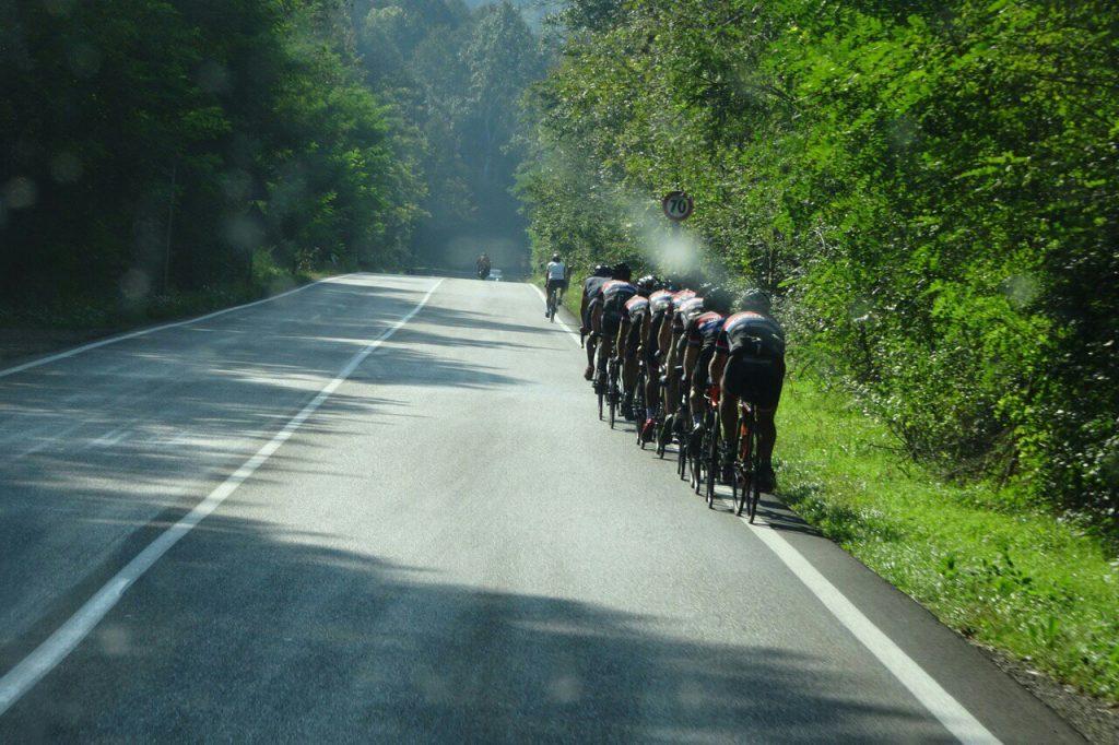 Veel wielrenners op de weg.